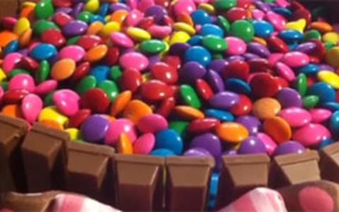 Bolo 'cercadinho' de chocolate com confete