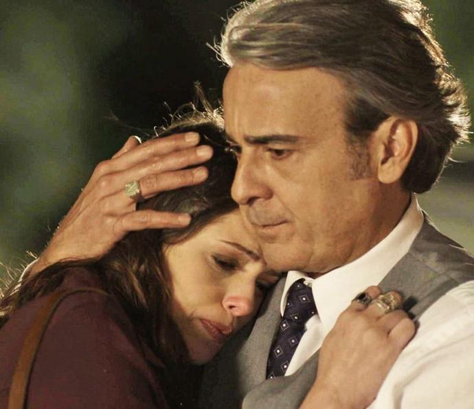 Aparício flagra Camila conversando com Giovanni (Foto: TV Globo)