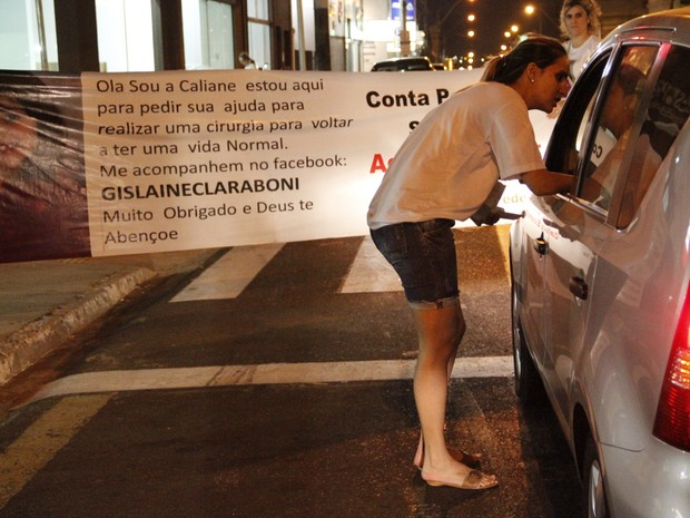 Gislaine pede ajuda no trânsito para conseguir operar a filha (Foto: Fabio Rodrigues/G1)