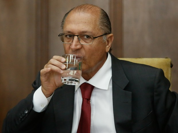 Ceraldo Alckmin, governador de SP, bebe água em evento no Palácio dos Bandeirantes (Foto: Adriana Spaca/Brazil Photo Press)