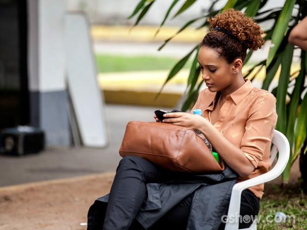 No intervalo das gravações, Taís aproveita para checar suas mensagens (Foto: Inácio Moraes / TV Globo)