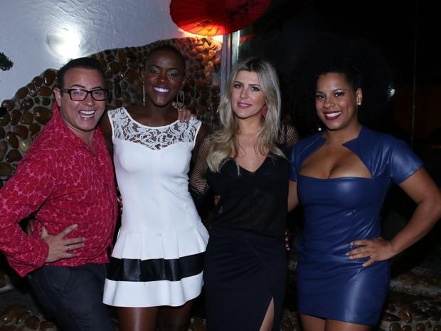 Ex-BBBs Dicesar, Angélica Ramos, Iris Stefanelli e Janaina do Mar em restaurante em São Paulo (Foto: Thiago Duran/ Ag. News)
