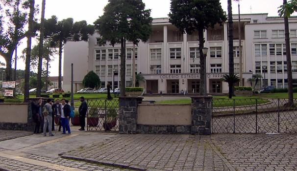 Em Curitiba, alunos que não sabiam da greve foram às escolas na manhã de segunda (270 (Foto: Reprodução/RPC)