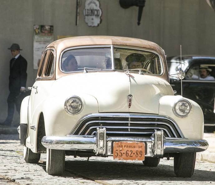 Cara de Cão leva Filó, enquanto Ernesto segue num carro atrás (Foto: Raphael Dias/Gshow)