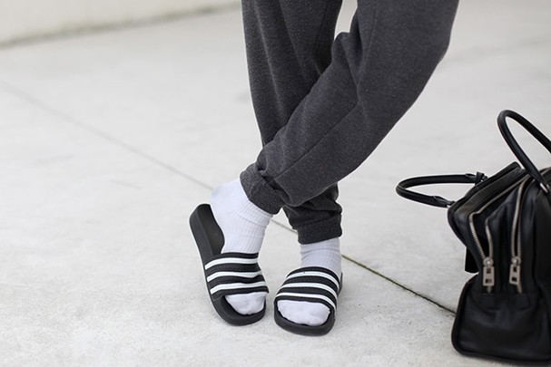 Chinelo com meia é tendência? (Foto: Reprodução/Lookbook)