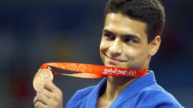 Leandro Guilheiro com a medalha das olimpíadas de Pequim 2008 (Foto: Getty Images)