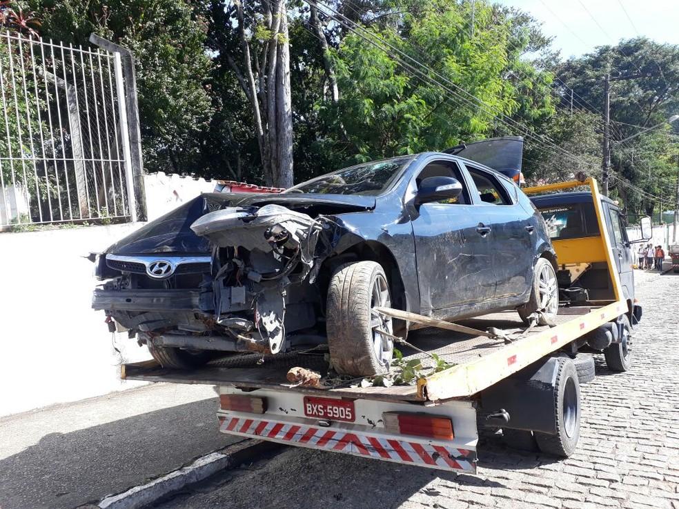 Carro roubado utilizado na tentativa de assalto ficou destruído após os criminosos baterem em árvore (Foto: Lucas Rangel/TV Vanguarda)