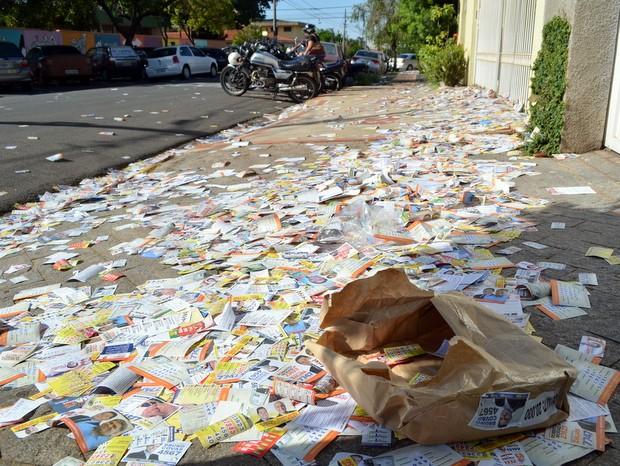 Sujeira provocada por propaganda eleitoral em Piracicaba (Foto: Araripe Castilho/G1)