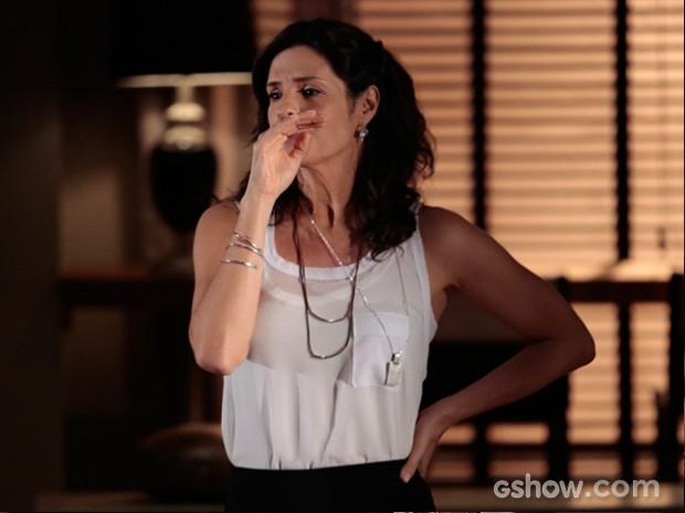 Verônica fica magoada ao ouvir o telefonema de Laerte e Luiza (Foto: Felipe Monteiro / TV Globo)