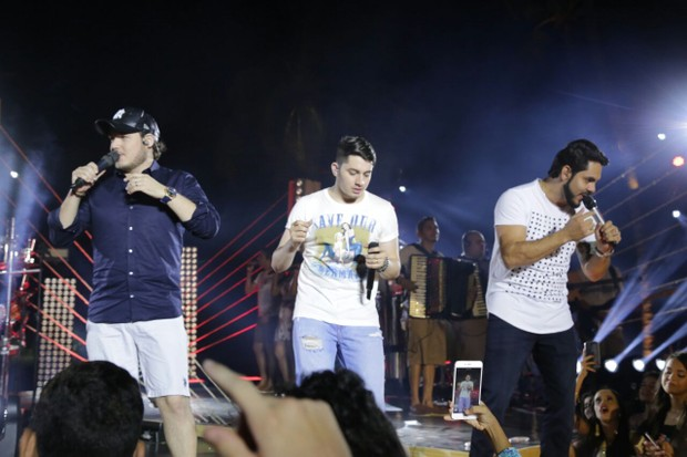Jonas Esticado com a dupla Israel e Rodolffo (Foto: Pedro Augustho/Divulgação)