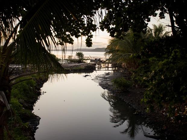 Canal de esgoto cai direto para a Lagoa do Mundaú (Foto: Jonathan Lins/G1)