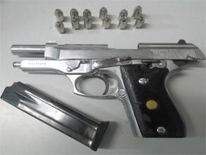 Arma apreendida com suspeito seria a mesma utilizada em assalto a joalheria em João Pessoa em junho de 2012 (Foto: Divulgação/Polícia Civil)