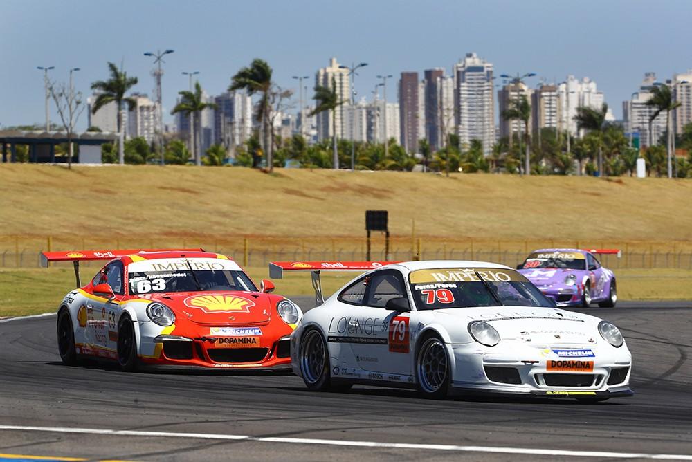 Lucas e Marcus Peres na liderança da prova (Foto: Divulgação/Luca Bassani/Porsche Império GT3)