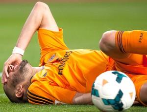 Benzema caído jogo Real Madrid e Malaga (Foto: AP)
