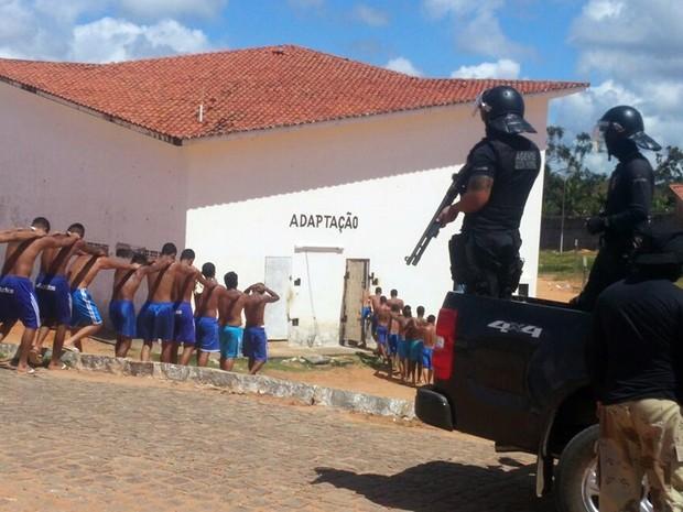 Presos foram retirados do Pavilhão 4 de Alcaçuz e levados até a área de adaptação (Foto: Divulgação/ Sejuc)
