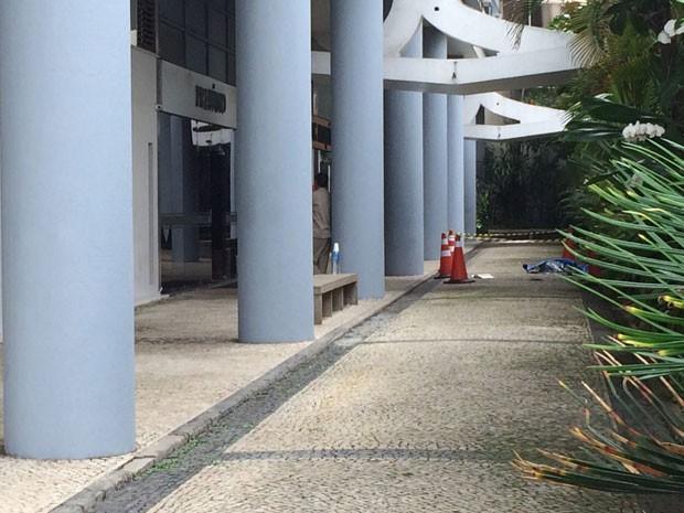 Corpo caiu ao lado de prédio do embaixador (Foto: Lívia Torres / G1)