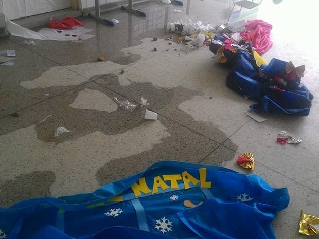 Enfeites foram destruídos e jogados no chão  (Foto: Ivan de Carvalho / Prefeitura de Bertioga)