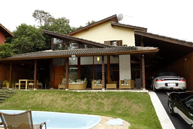 A casa de Angélica Ramos e seus carrões na garagem (Foto: Celso Tavares/EGO)