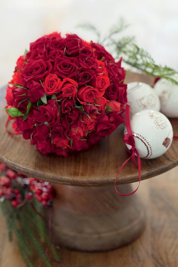Uma bola de isopor espetada com rosas rende um arranjo que faz vista (Foto: Cacá Bratke)