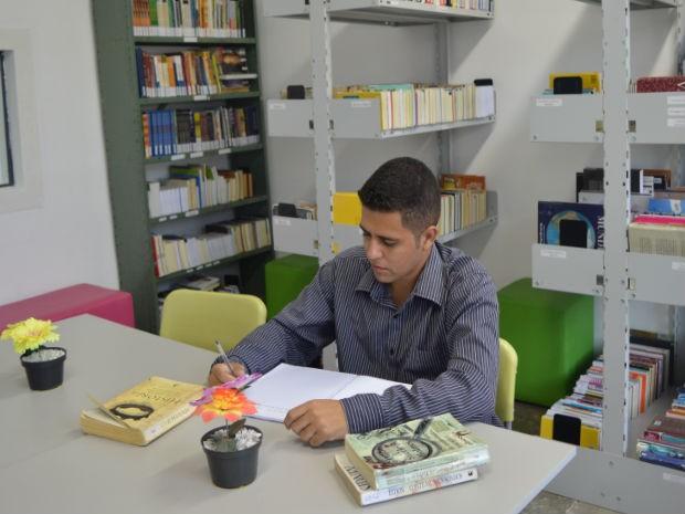 Vilson tirou 880 na redação do Enem e conseguiu pelo Prouni bolsa integral de estudos em universidade (Foto: Camilla Motta/G1)