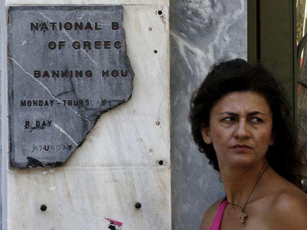 Placa de bancos também estão quebradas em Atenas  (Foto: Reuters)