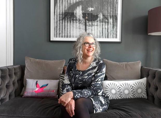 A blogueira Kate Watson-Smyth, do blog Mad About the House, na sala de sua casa em Londres, na Inglaterra (Foto:  Dan Lowe/Divulgação)