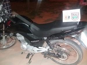 Moto com restrição de roubo e furto foi encontrada com foragido da penitenciária (Foto: PM/Divulgação)