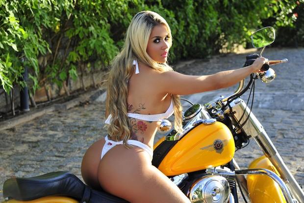 Aryane Steinkopf posa com motocicleta (Foto: Divulgação)