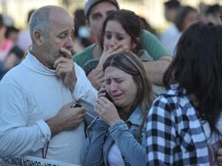 Familiares e amigos das vítimas do incêndio aguardam em frente ao ginásio do Centro Desportivo Municipal  (Foto: Ronald Mendes/Agência RBS)