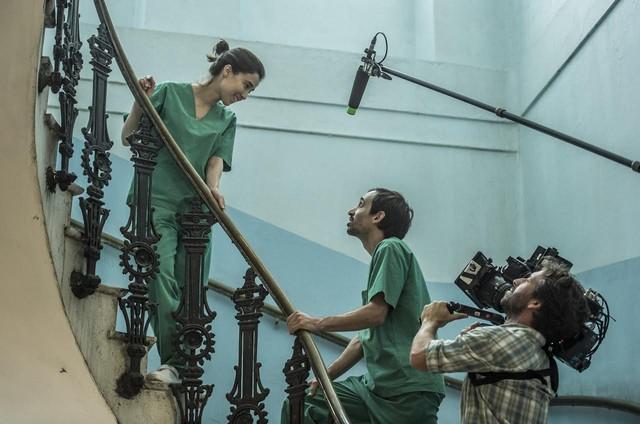 Marjorie Estiano e Júlio Andrade são filmados por Lula Cerri em 'Sob pressão' (Foto:  Globo / Maurício Fidalgo)