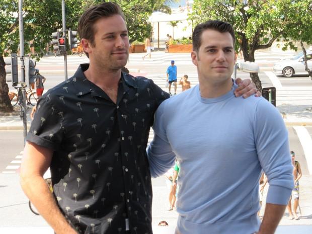 Henry Cavill (direita) e Arnie Hammer divulgam filme 'O agente da U.N.C.L.E.' no Rio (Foto: Célio Silva / G1)