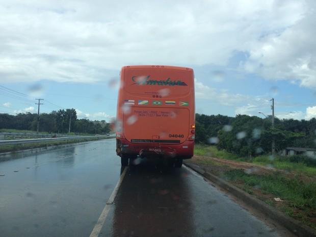 Ônibus sofreu poucos danos materiais (Foto: Marcelo Marques G1 RR)