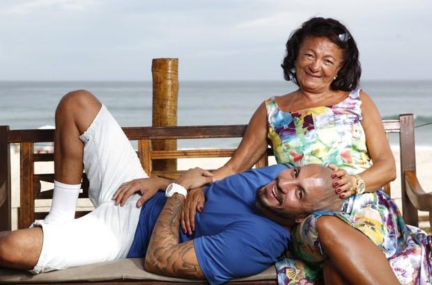 Ex-BBB Fernando posa com a mãe (Foto: Marcos Serra Lima / Ego)