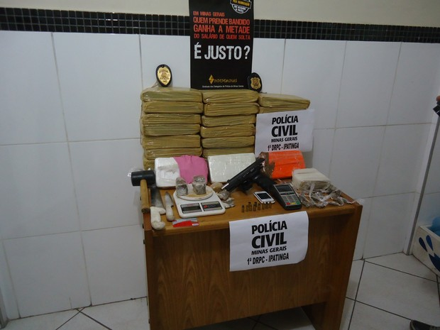 Foram apreendidas 30kg e 3kg de cocaína com suspeito (Foto: Patrícia Belo / G1)