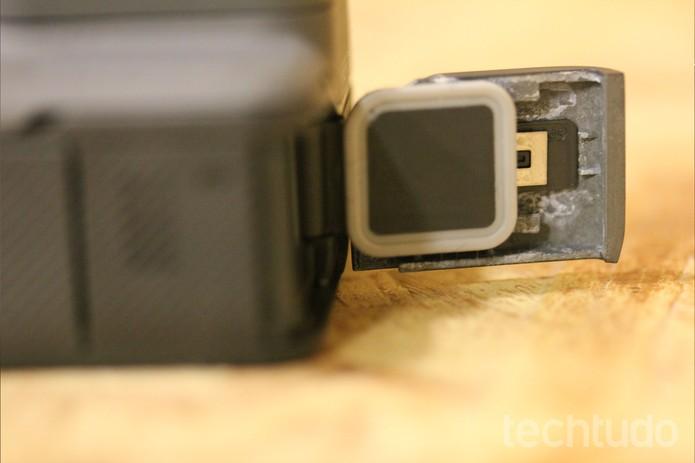 Material que reveste a entrada da GoPro Hero5 Black oxida com facilidade (Foto: Luana Marfim/TechTudo)