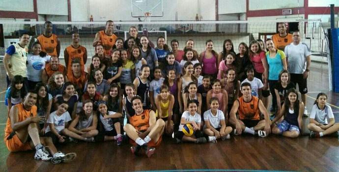 Alunas de escolinha de vôlei feminino receberam visita do time profissional do Volta Redonda (Foto: Eduardo Fernandes/Arquivo Pessoal)