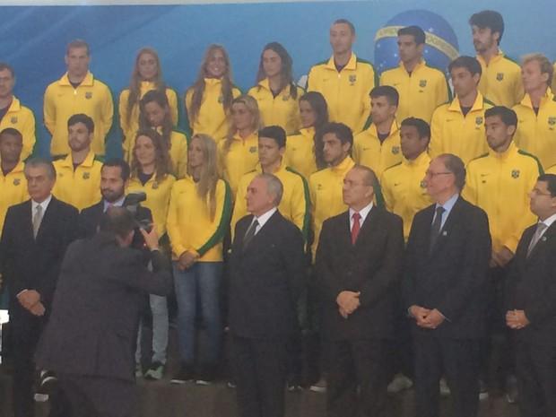 presidente em exercício, Michel Temer, recebe atletas olímpicos no Palácio do Planalto (Foto: Filipe Matoso/G1)