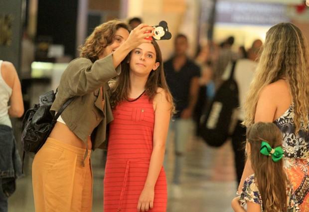 Camila Pitanga passeia por shopping com a filha Antonia (Foto: THIAGO MARTINS / AGNEWS)
