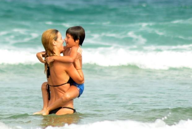 Carolina Dieckmann com o filho (Foto: MARCELO DUTRA/PHOTO RIO NEWS)