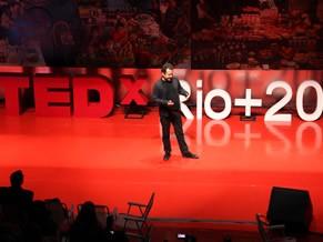 O artista plástico Vik Muniz em palestra no TEDex Rio+20, no Humanidade 2012 (Foto: Divulgação)
