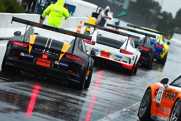 O quali da Cup e da Challenge em piso molhado com os novos compostos da Michelin. (Foto: Divulgação/Luca Bassani )
