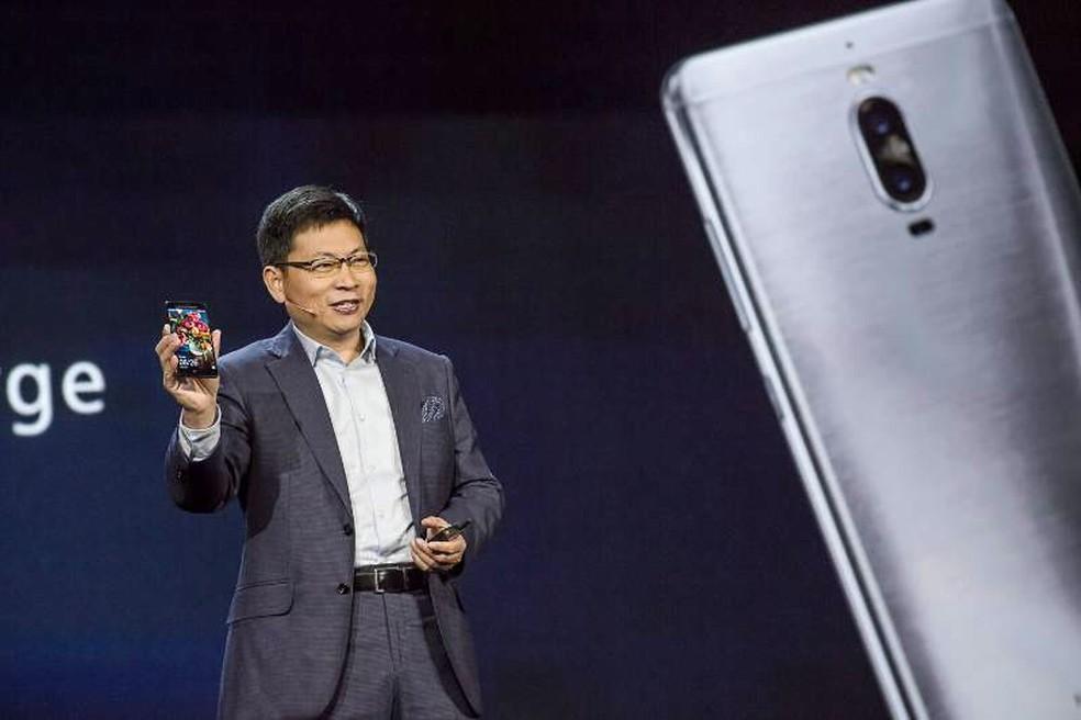 Richard Yu, presidente-executivo da Huawei, apresenta o Mate 9. (Foto: Divulgação/Huawei)