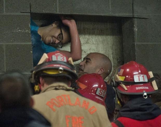Em janeiro deste ano, bombeiros precisaram cortar uma parede de concreto de quase 4 m depois que uma mulher de Portland, no Oregon (EUA), caiu e ficou presa entre dois prédios, em um espaço de aproximadamente 20 cm. A americana teria saído para fumar e caiu na fresta, que faz parte do muro de uma garagem (Foto: Brent Wojahn/AP)