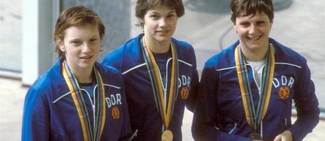 As atletas Cornelia Polit, Rica Reinisch e Birgit Treiber da equipe de natação da antiga Alemanha Oriental (RDA), Olímpiadas de 1980, Moscou (Foto: Sven Simon / Imago)