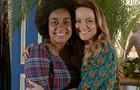 Viviane Pasmanter e a cabeleireira Quênia Lopes são puro chamego nos bastidores (Foto: Em Família/TV Globo)