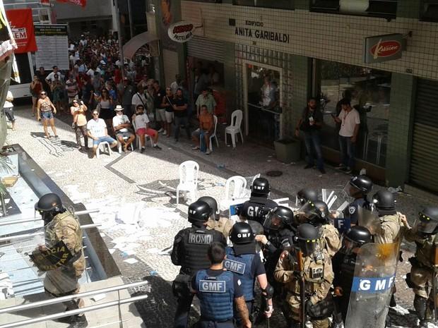 Confusão começou por volta das 16h (Foto: Júlio Ettore/RBS TV)