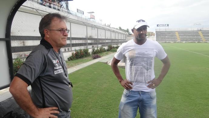 Beto Almeida e Rodrigão antes do treino do ASA (Foto: Leonardo Freire GloboEsporte.com)
