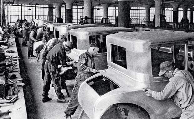 TUDO MUDOU Empregados numa fábrica da Ford, nos anos 1920. A lei criada por Getúlio Vargas foi feita para proteger o trabalhador da empresa antiga (Foto: Popperfoto/Getty Images)