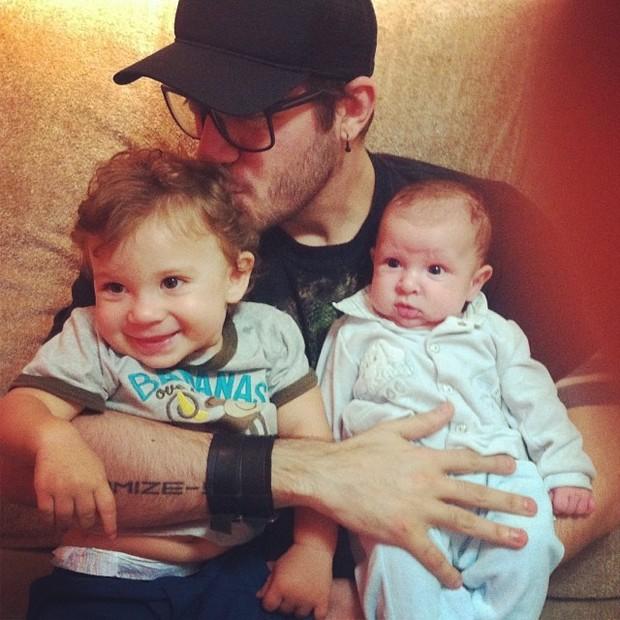 Ex-BBB Max Porto com Gabriel e Pietro, filhos de Priscila Pires (Foto: Instagram/ Reprodução)