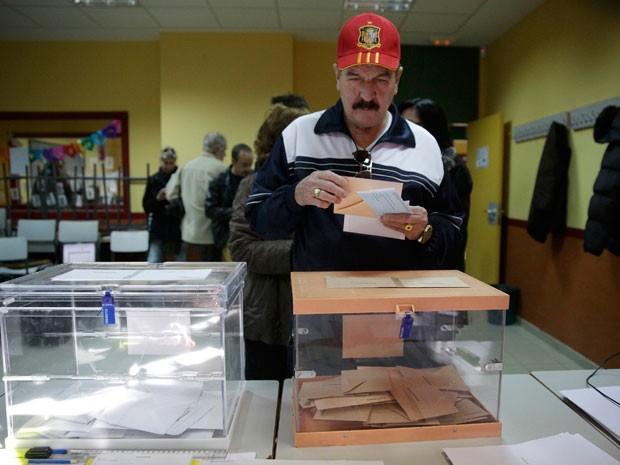 Homem segura cédula de votação em Madri (Foto: Reuters)